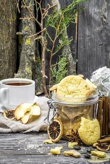 クッキーと木の上のスパイスのある静物