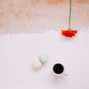 Натюрморт с чашкой кофе и зефиром, зефиром и цветами