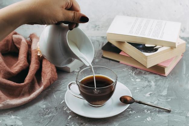 Натюрморт с чашкой напитка