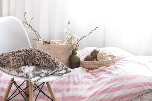 Natura morta con dettagli di decorazioni per la casa in un interno accogliente della stanza. il concetto di atmosfera domestica