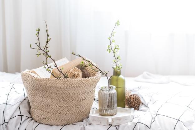 Натюрморт с деталями домашнего декора в уютном интерьере комнаты. концепция домашней атмосферы.
