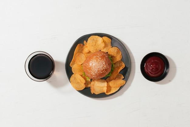 패스트 푸드 햄버거 메뉴, 감자 튀김, 케첩이 있는 정물