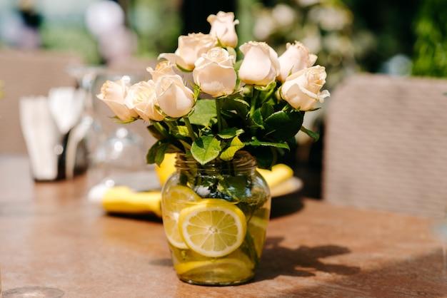 花と花瓶のある静物