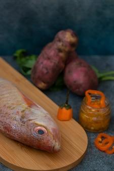 Натюрморт со свежей рыбой и перуанскими ингредиентами для приготовления пищи
