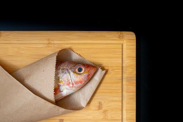 Натюрморт со свежей рыбой и перуанскими ингредиентами для приготовления пищи Premium Фотографии