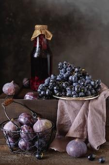 Натюрморт со свежими фруктами и фруктовым соком