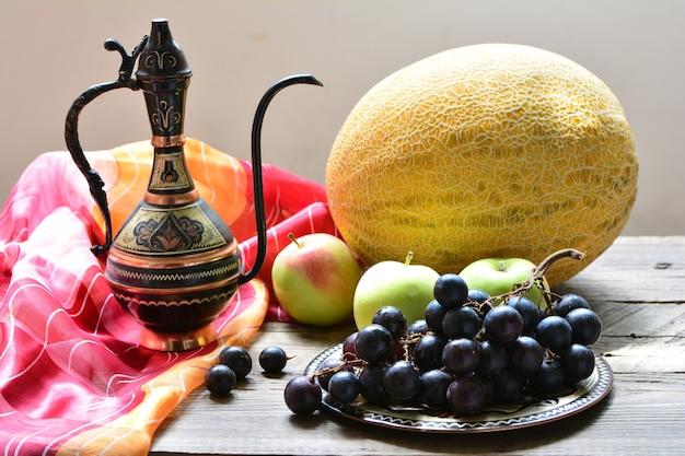 과일과 주전자가 있는 정물