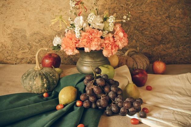 과일과 함께 아직도 인생입니다.