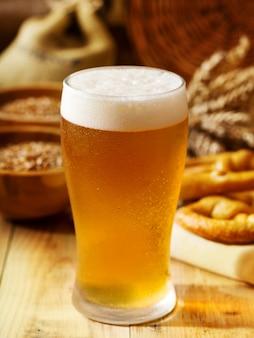 木製のテーブルにビールのグラスと静物