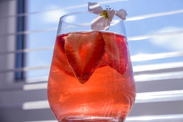 スパークリングワイン、イチゴ、角氷と一緒に冷却イチゴサングリアのガラスと静物