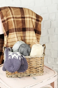 뜨개질 원사와 장갑 나무 의자에 정물