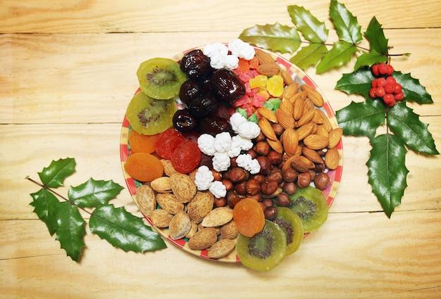 クリスマススタイルのナッツとドライフルーツのある静物
