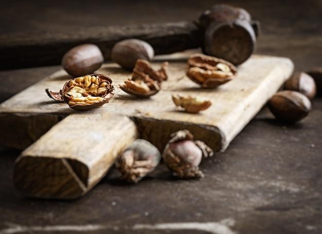 木製のテーブルにピーカンのある静物