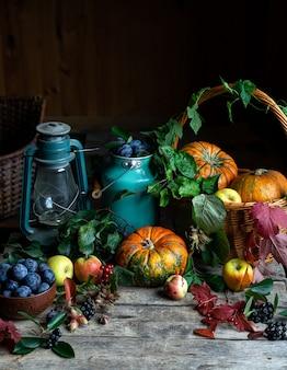 暗い素朴なカボチャ、果物、ベリーのある静物