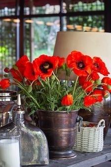 花瓶に赤いポピーのある静物。