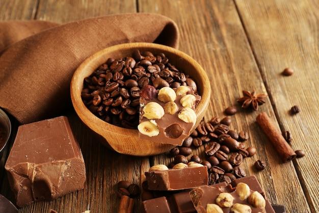 木製のテーブル、クローズアップにチョコレートのセットと静物
