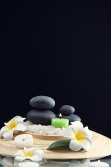 Натюрморт с камнями спа на черном фоне