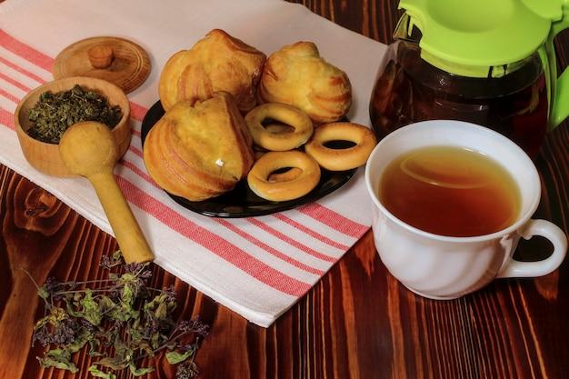 Натюрморт с чаем и выпечкой на столе