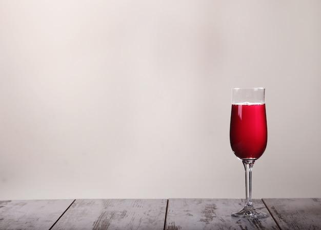 장미 와인 유리와 회색에 병 정물화