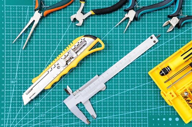 Натюрморт с инструментами для ручной работы