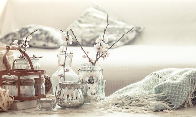 居間に春の花が咲く花瓶のある静物