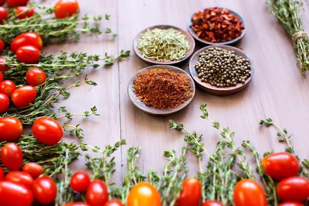 野菜、トマト、ハーブ、スパイスのある静物。