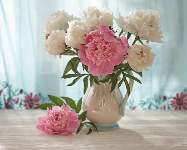 白い花瓶に白とピンクの牡丹のある静物