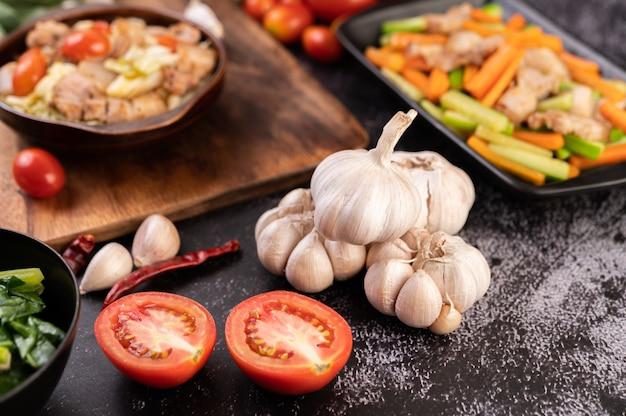 Перемешать капусту со свиной грудинкой в тарелке на деревянной тарелке.
