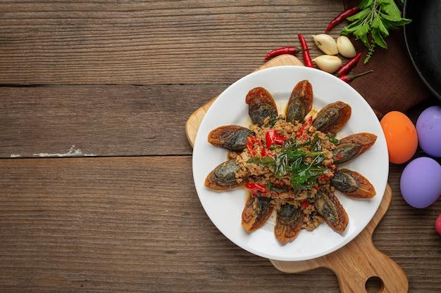 スパイシーなピータンとバジルの炒め物ご飯と唐辛子の魚醤、タイ料理を添えて。