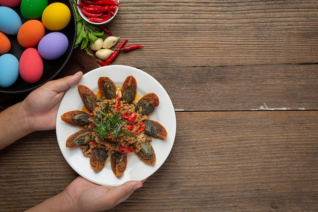 Жареный базилик с пряным яйцом века подается с рисом на пару и рыбным соусом чили, тайская еда.
