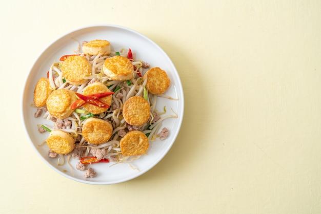 Обжаренные ростки фасоли, тофу с яйцом и фарш из свинины по-азиатски