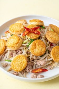 Перемешивание, обжаренные ростки фасоли, яичный тофу и фарш из свинины, азиатская кухня