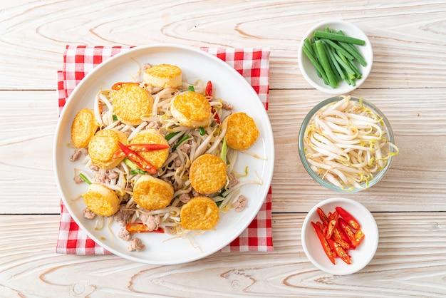 Обжаренные ростки фасоли, яичный тофу и свиной фарш. азиатский стиль еды