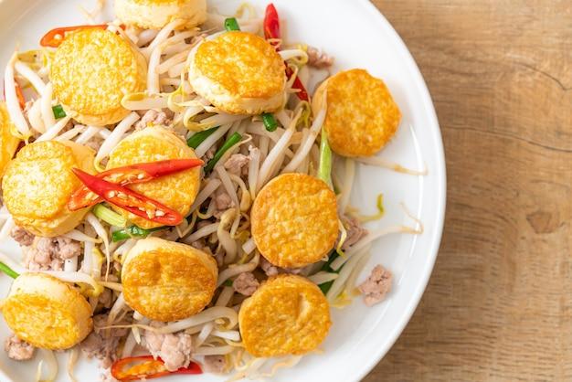 Обжаренные ростки фасоли, яичный тофу и фарш из свинины - стиль азиатской кухни