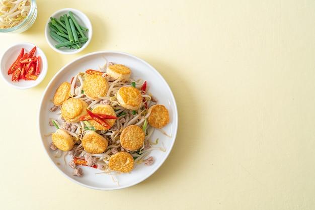 Обжаренные ростки фасоли, яичный тофу и свиной фарш