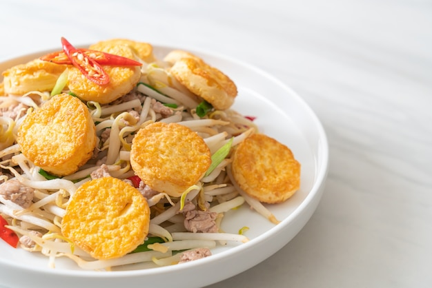 Жареные ростки фасоли, яичный тофу и свиной фарш