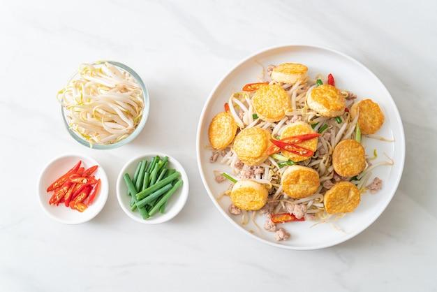 Обжаренные ростки фасоли, тофу с яйцом и фарш из свинины