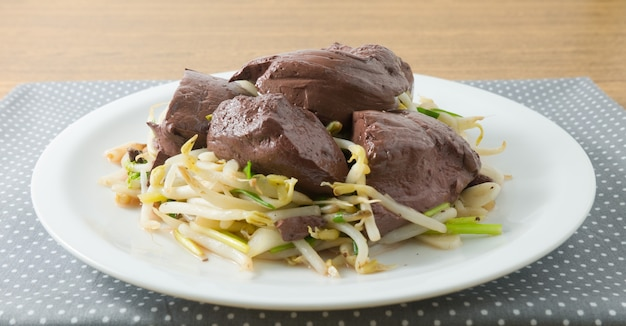 Stir fried bean sprout with pork blood pudding