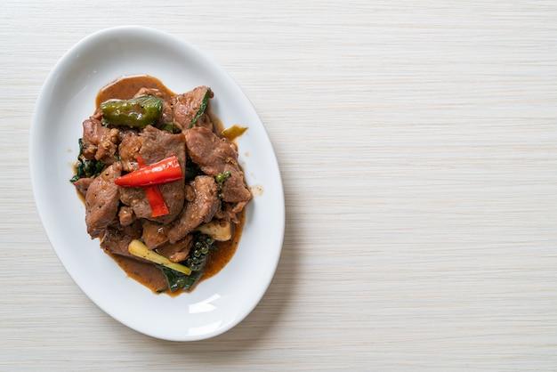오리와 함께 볶은 후추-아시아 음식 스타일