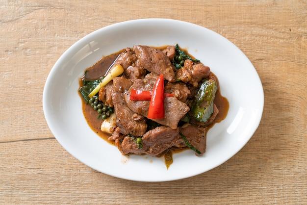오리와 함께 볶은 검은 후추 - 아시아 음식 스타일