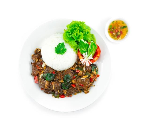 牛肉の炒め物バジルスパイシーライスレシピタイ料理フュージョンスタイルサーブチリフィッシュソースデコレーション彫刻野菜トップビュー