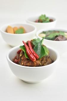 キャットフィッシュチリタイ料理(辛い、タイ、食品)ホワイトスペースをかき混ぜる