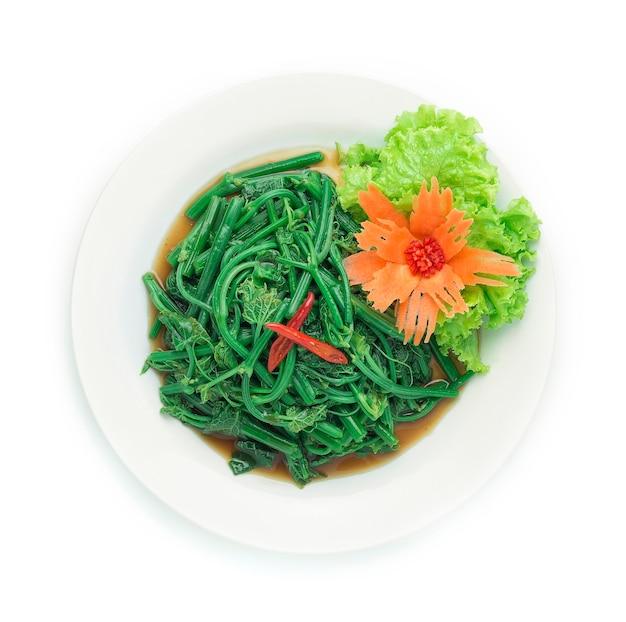 ハヤトウリの葉をオイスターソースで炒め、刻んだにんじんを飾る