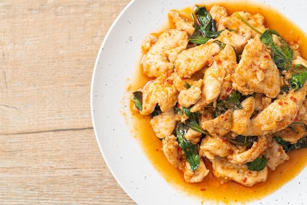 Жареный цыпленок с пастой чили или пастой с чили - азиатская кухня