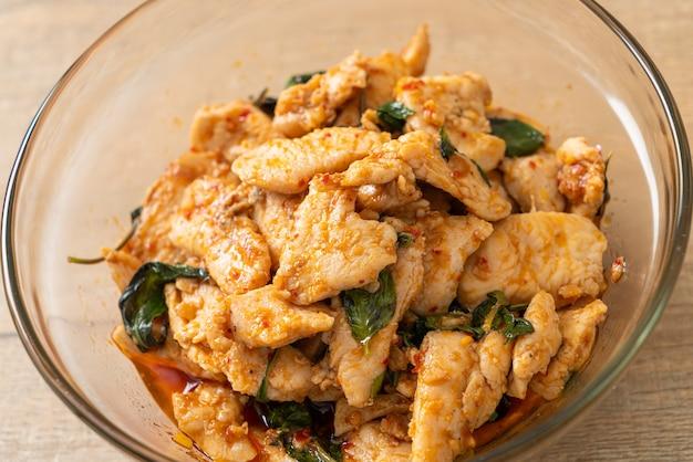 Жареная курица с пастой из чили или чили - азиатская кухня