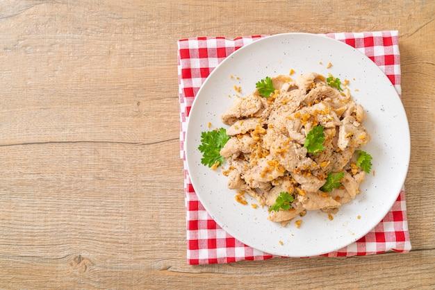 마늘과 후추를 곁들인 닭고기 볶음