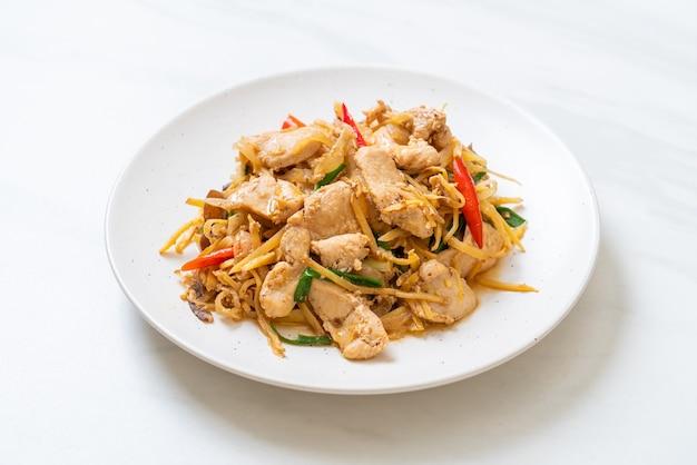 생강을 곁들인 닭고기 볶음-아시아 음식 스타일