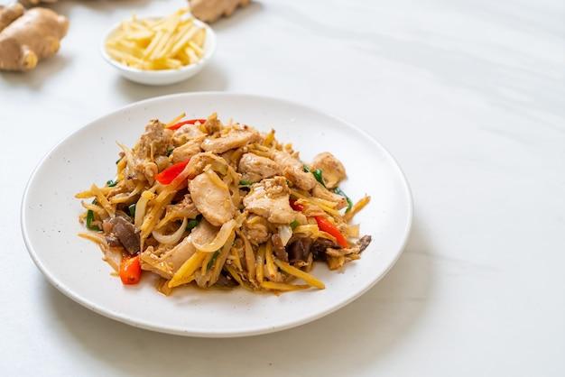 Жареный цыпленок с имбирем. азиатский стиль еды