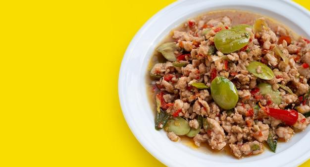 鶏肉の炒め物に臭豆とエビのペーストを入れて炒めます。タイ料理
