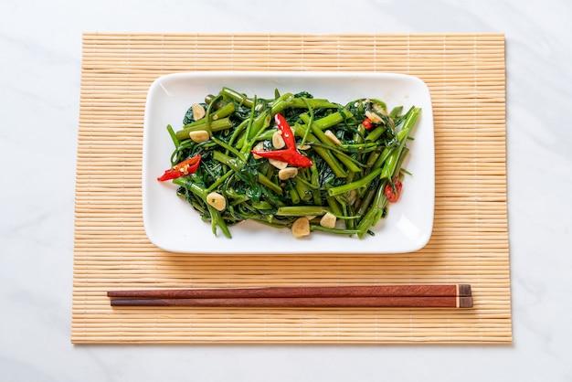 중국 나팔꽃 또는 물 시금치 볶음, 아시아 음식 스타일